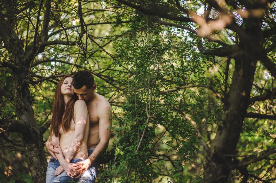 zmysłowa sesja dla par, sesja narzeczenska w sadzie, subtelna sesja fotograficzna, zmysłowa sesja w sadzie