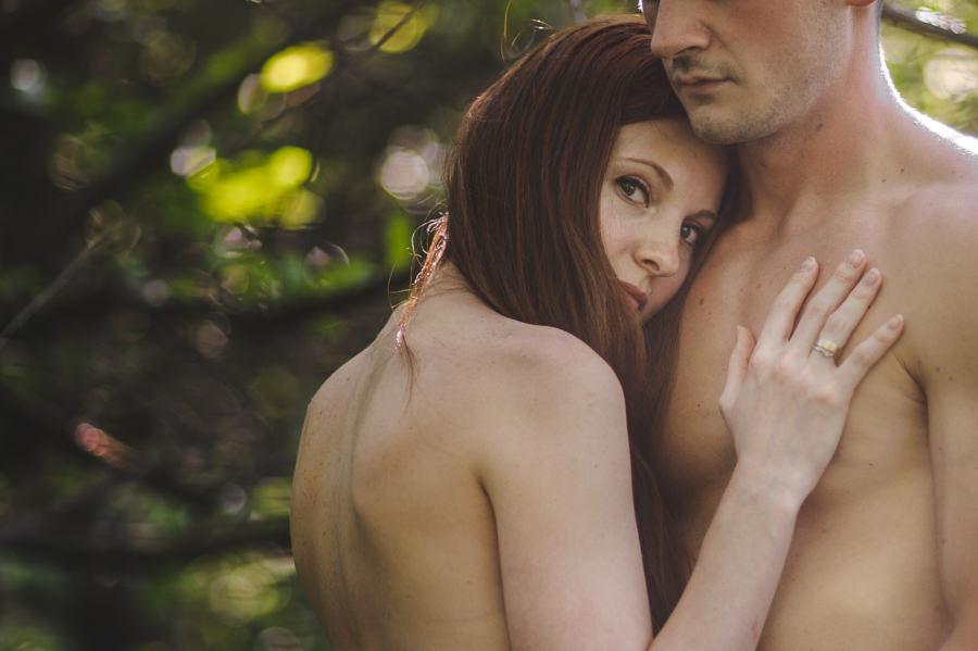 zmysłowa sesja dla par, sesja narzeczenska w sadzie, subtelna sesja fotograficzna