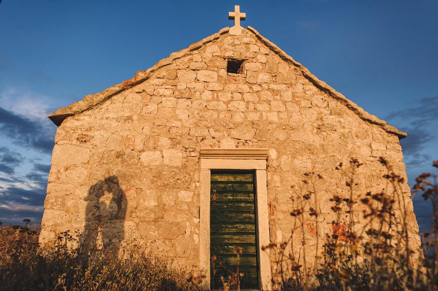 kościółek w chorwacji nad morzem