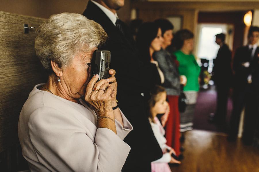 babcia fotografująca starym aparatem
