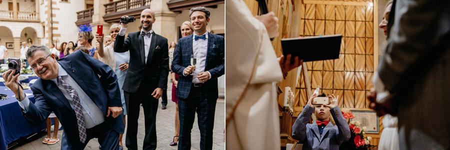goście weselni z telefonami, wedding unplugged, nadpodaż fotografii