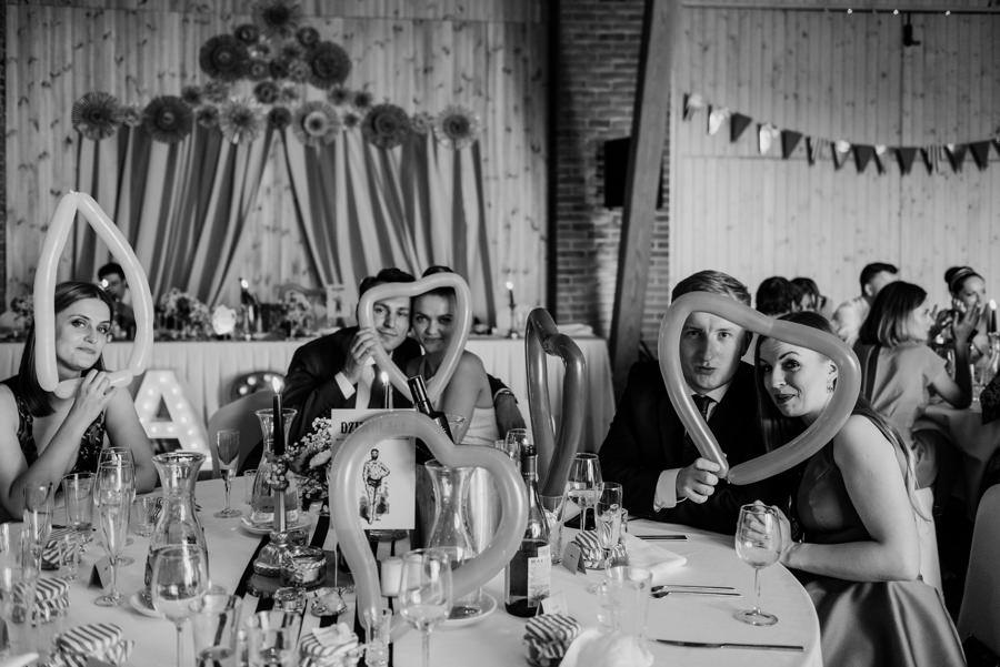 vintage circus, stary cyrk, slow wedding, motyw starego cyrku, slub w plenerze, slub plenerowy, slub w stodole, wesele w stodole, wesele w stylu slow wedding, cyrk, reportaz slubny, zdjecia slubne