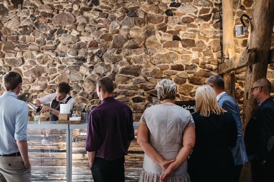 folwark wąsowo, romantyczny ślub w plenerze, rustykalne wesele, wesele w stodole, ceremonia plenerowa, drink bar