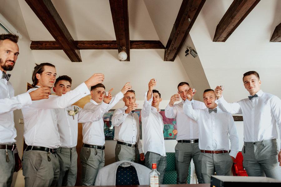 ekipa pana młodego wznosi toast