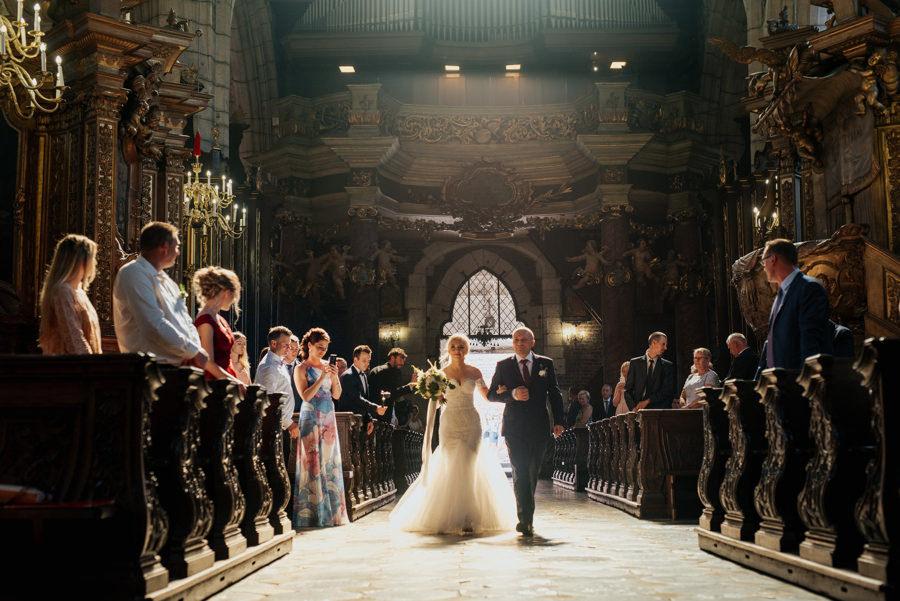 Panna Młoda wchodzi z tatą do kościoła, ślub w Krakowie, Kościół Bożego ciała, wzruszający moment