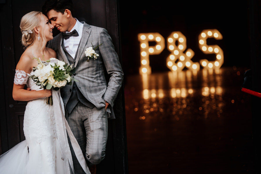 Para młoda, literki ze światełek, inicjały, industrialne wesele