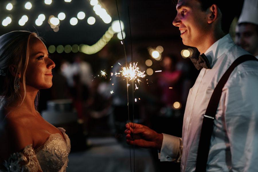 zakochana para z zimnymi ogniami, romantyczne ujęcie pary młodej, industrialne wesele