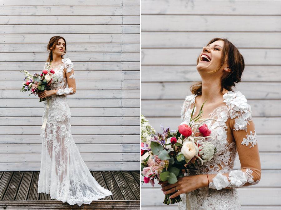 portret panny młodej, roześmiana panna młoda, suknia ślubna paprocki&brzozowski, boho klimat, stodoła wszystkich świętych