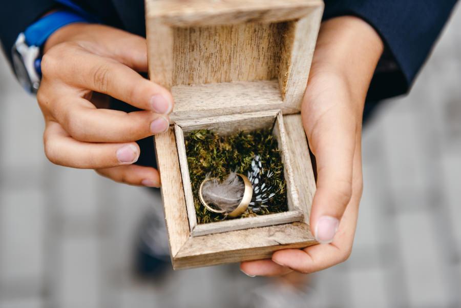 obrączki ślubne, detal ślubny, drewniane pudełko, boho, rustykalny klimat
