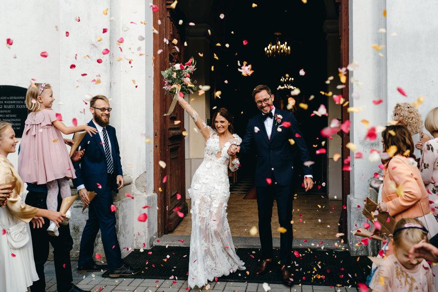 radość pary młodej, wyjście z kościoła, miłość