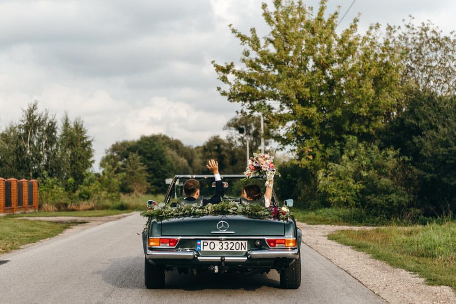 auto do ślubu, butelkowy mercedes, odważna para młoda, energia, radość