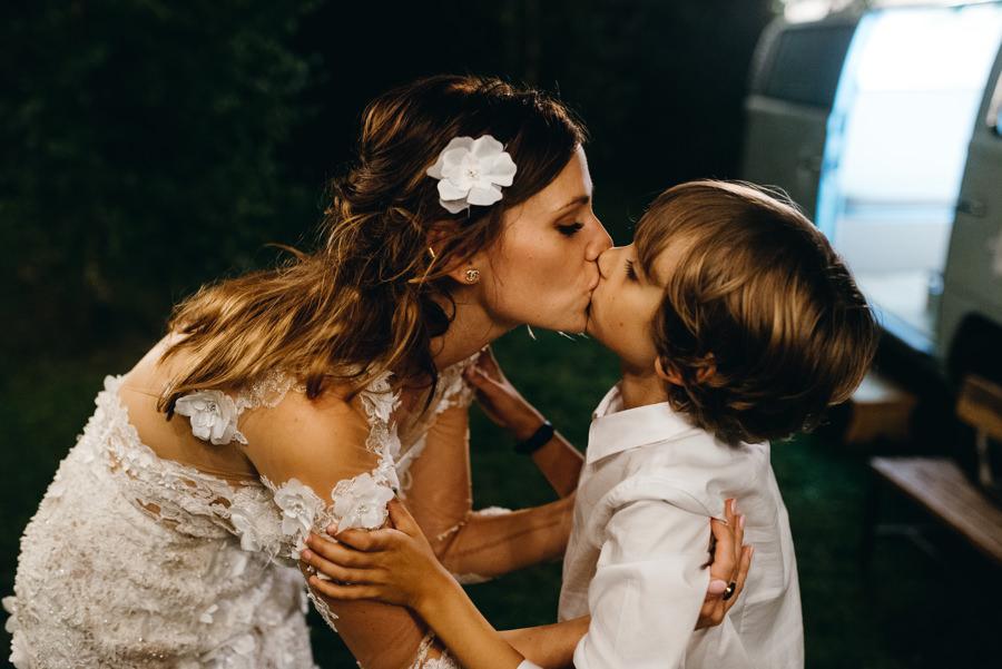 pocałunek mamy i syna, miłość, pani młoda