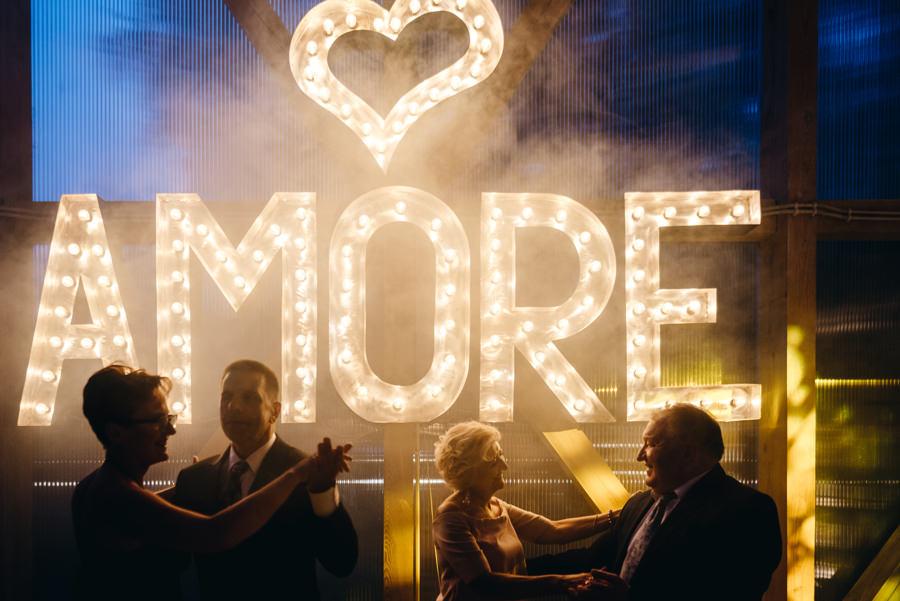 wesele w stodole, stodoła wszystkich świętych, napis amore, napis świetlny