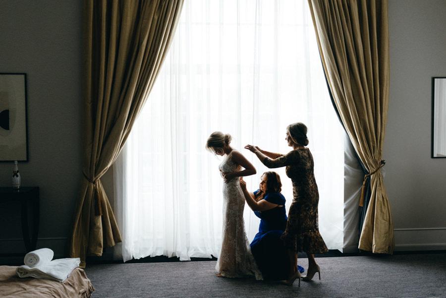 ubieranie sukni, wnętrza pałacu goetz, apartament, przygotowania panny młodej