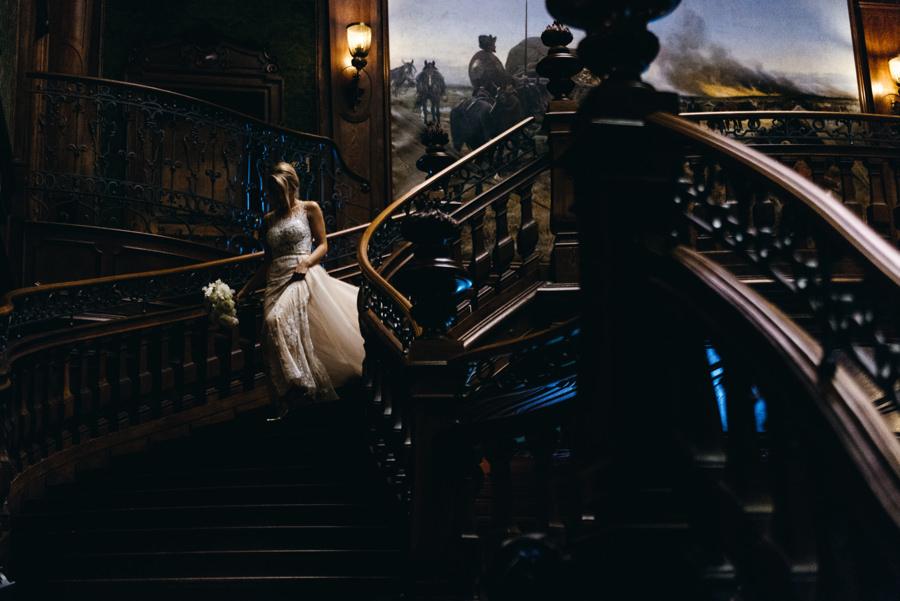 schody w pałacu goetz, schodząca panna młoda , low key