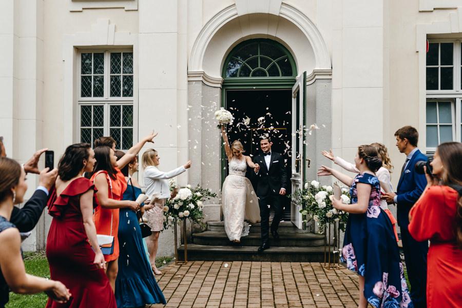 kaplica w pałacu goetza w brzesku, ceremonia w kaplicy, eleganckie wesele w pałacu goetza, brzesko, wesele z klasą, konfetti, wyjście z ceremoniii