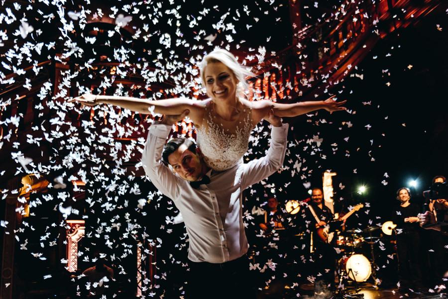 magiczny pierwszy taniec, wyjątkowy pierwszy taniec, kreatywne światło, eleganckie wesele w pałacu goetza w brzesku, wesele z klasą, konfetti na pierwszym tańcu