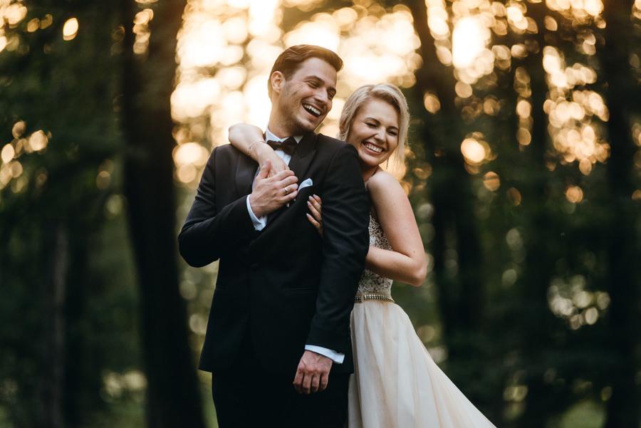 sesja plenerowa w dniu ślubu, portret pani młodej, park pałacu goetza, radość, śmiech, miłość, eleganckie wesele w pałacu goetza