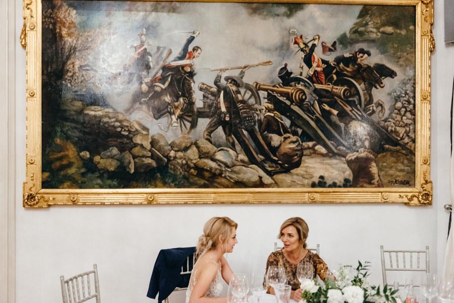 eleganckie wesele w pałacu goetza, panna młoda z mamą, wnętrza pałacu