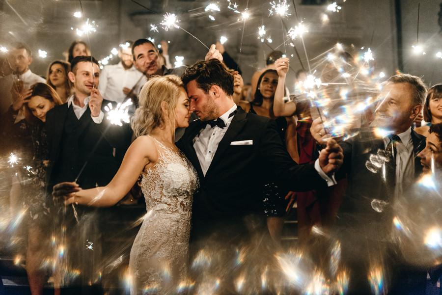 eleganckie wesele w pałacu goetza,, kreatywne światło, zimne ognie, romantyczne zdjęcia, fotograf ślubny kraków