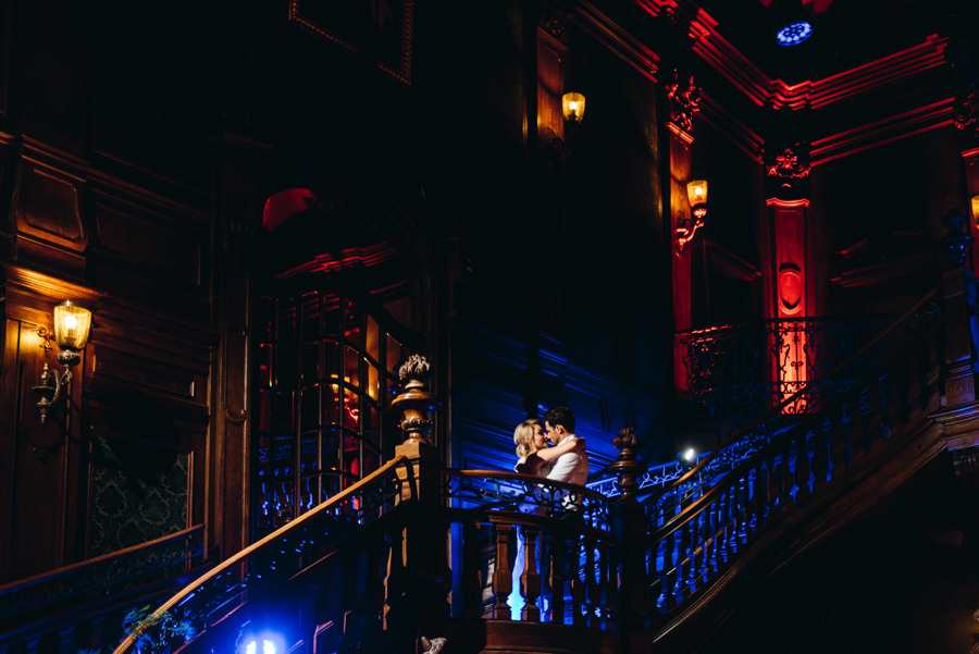 eleganckie wesele w pałacu goetza,, kreatywne światło, wnętrze pałacu, piękne oświetlenie, romantyczne zdjęcia, fotograf ślubny kraków
