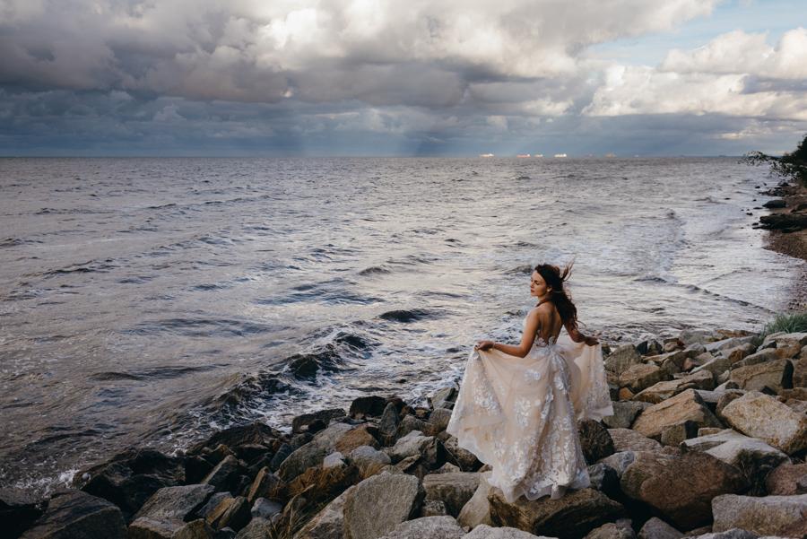 sesja ślubna nad morzem, plener ślubny nad bałtykiem, sesja zdjęciowa, piękna panna młoda na plaży