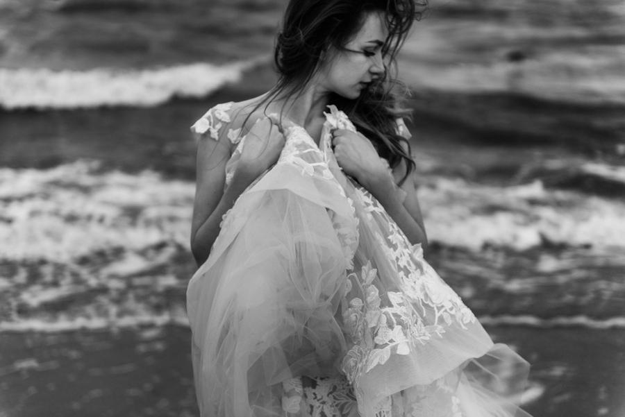 sesja ślubna nad morzem, plener ślubny nad bałtykiem, sesja zdjęciowa, portret panny młodej, sesja ślubna nad Bałtykiem