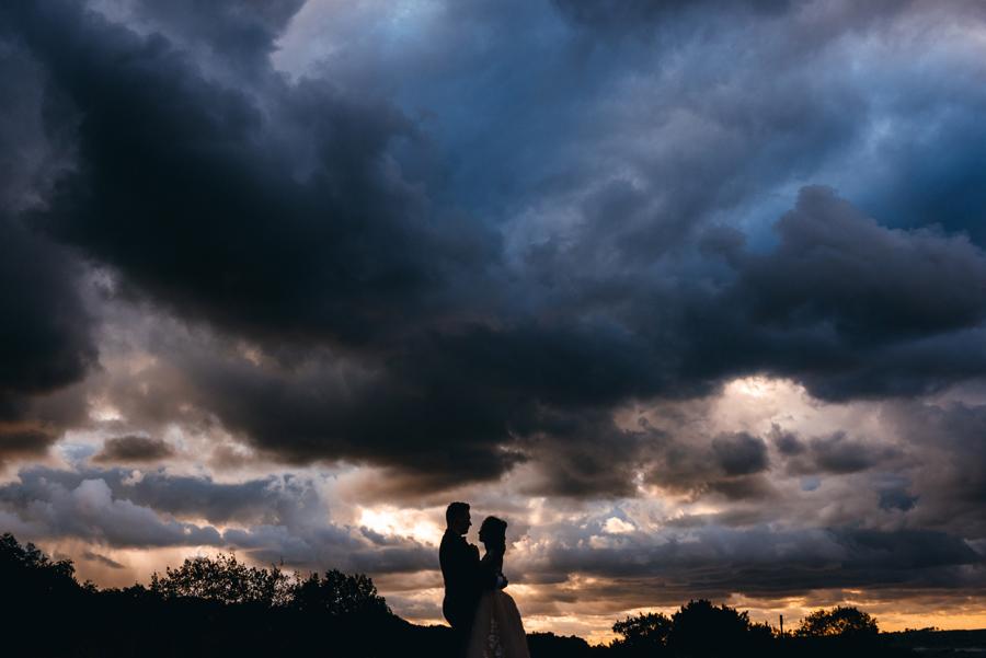 sesja ślubna nad morzem, plener ślubny nad bałtykiem, sesja zdjęciowa, portret panny młodej, sesja ślubna nad Bałtykiem, burzowe niebo, zachód słońca, klimatyczna sesja zdjęciowa nad morzem