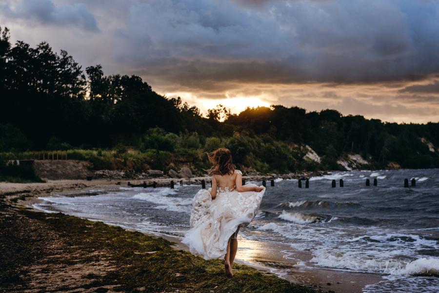 sesja ślubna nad morzem, plener ślubny nad bałtykiem, sesja zdjęciowa, portret panny młodej, sesja ślubna nad Bałtykiem, biegnąca panna młoda, plaża Babie Doły