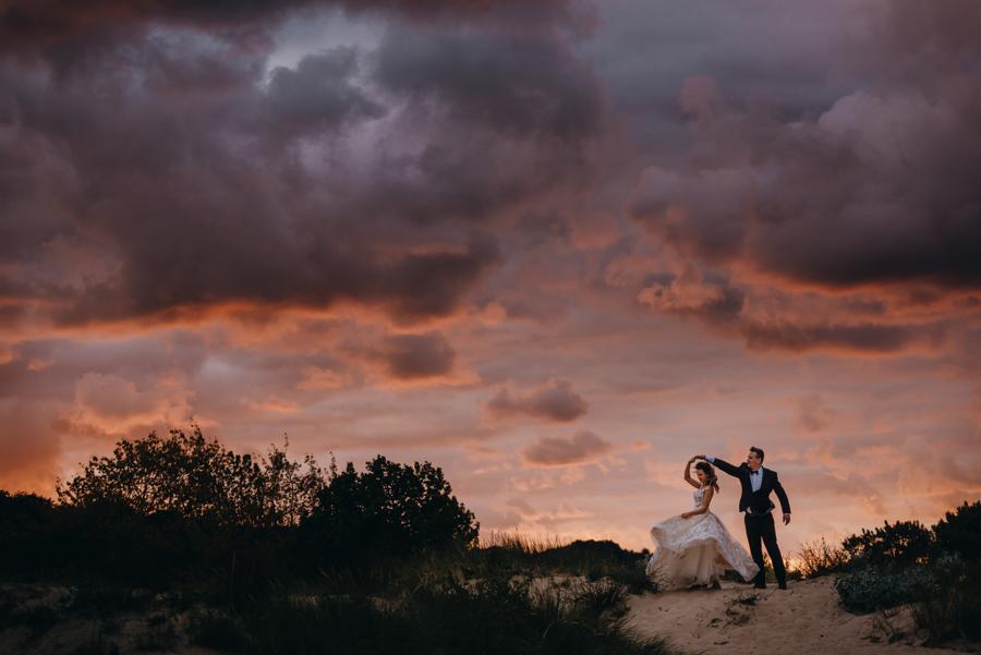 sesja ślubna nad morzem, plener ślubny nad bałtykiem, sesja zdjęciowa, portret panny młodej, sesja ślubna nad Bałtykiem, zachód słońca, plaża, morze, wiatr, sesja ślubna