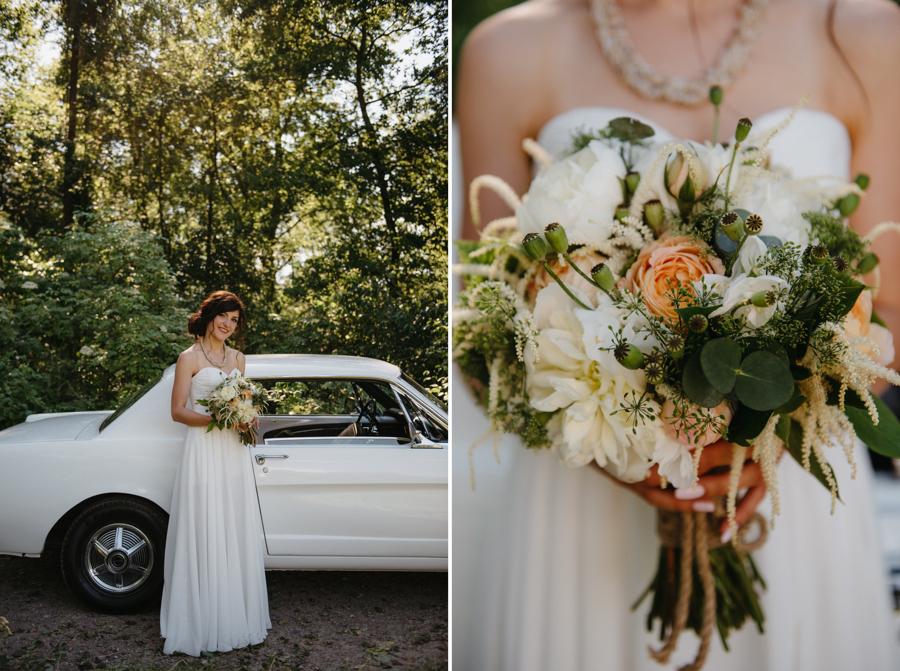 pani młoda przy białym mustangu, bukiet ślubny, stylowe wesele
