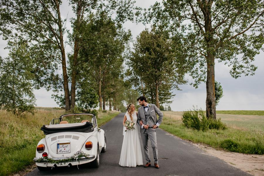 sesja ślubna w dniu ślubu, sesja z garbusem, biały garbus do ślubu, volkswagen