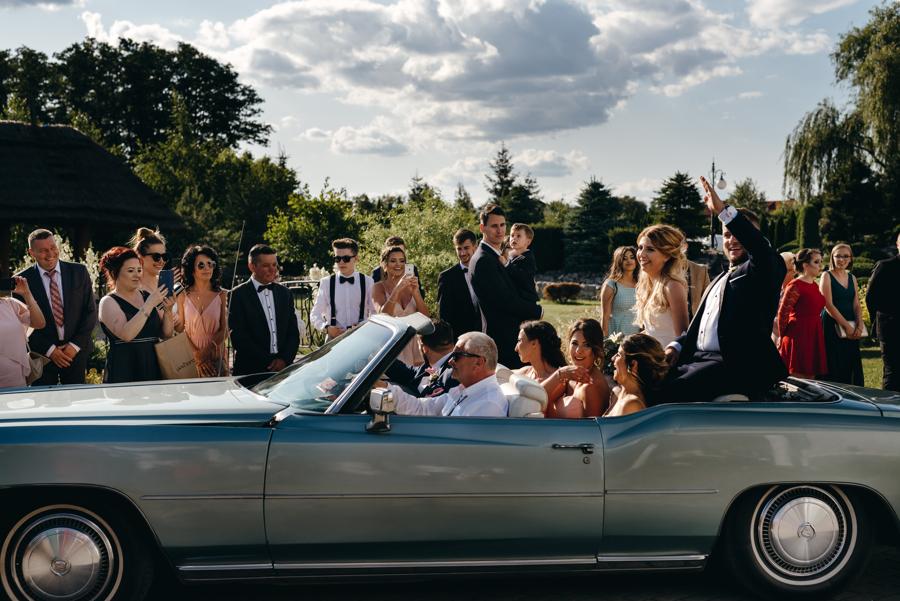 para młoda podjeżdża na sale weselną