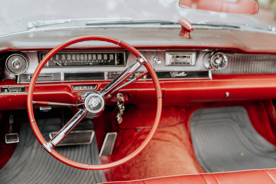 czerwona tapicerka, amerykanski samochód