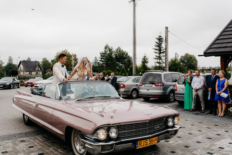 para młoda jedzie cadillaciem, rózowe auto do ślubu, ślub jak z bajki, cadillac de ville