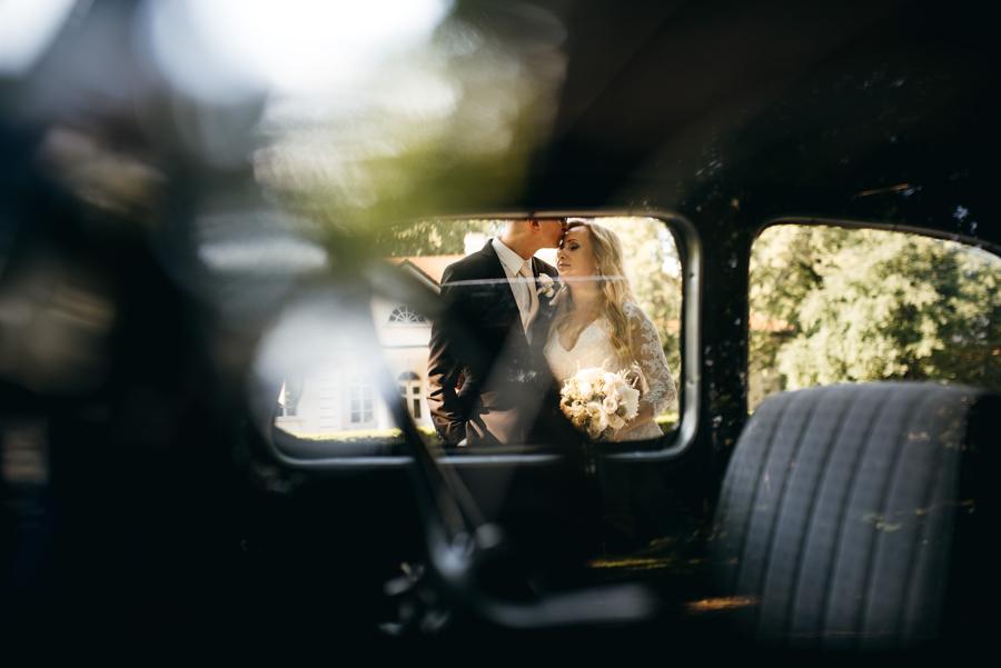 pocałunek pary młodej, fotografia, ślubna kraków, fotograf kraków bokeh,