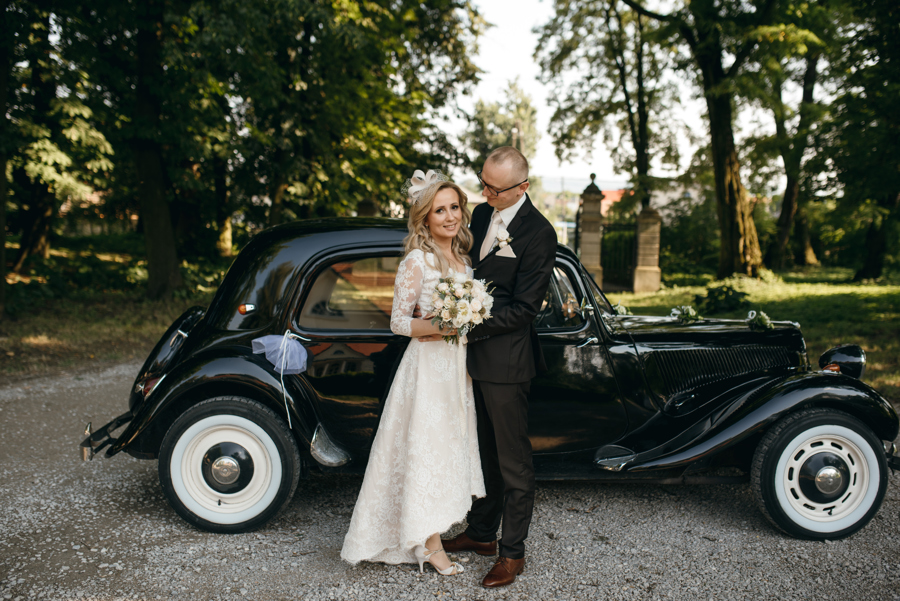 para młoda na sesji zdjęciowej, sesja z samochodem, eleganckie wesele