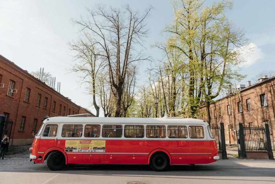 czerwony retro autobus, autobus do ślubu, oryginalny transport dla gości