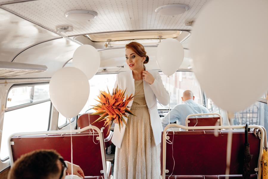 panna młoda w autobusie, ciekawy buket ślubny, retro autobus