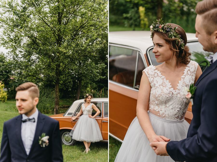 duży fiat, fiat 125p, auto do ślubu, para młoda przy aucie, folwark wiązy, rustykalne wesele