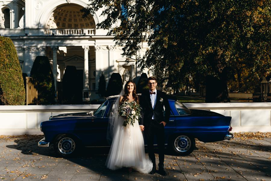 fotografia ślubna warszawa, ceremonia na wilanowie, para młoda, samochód ślubny