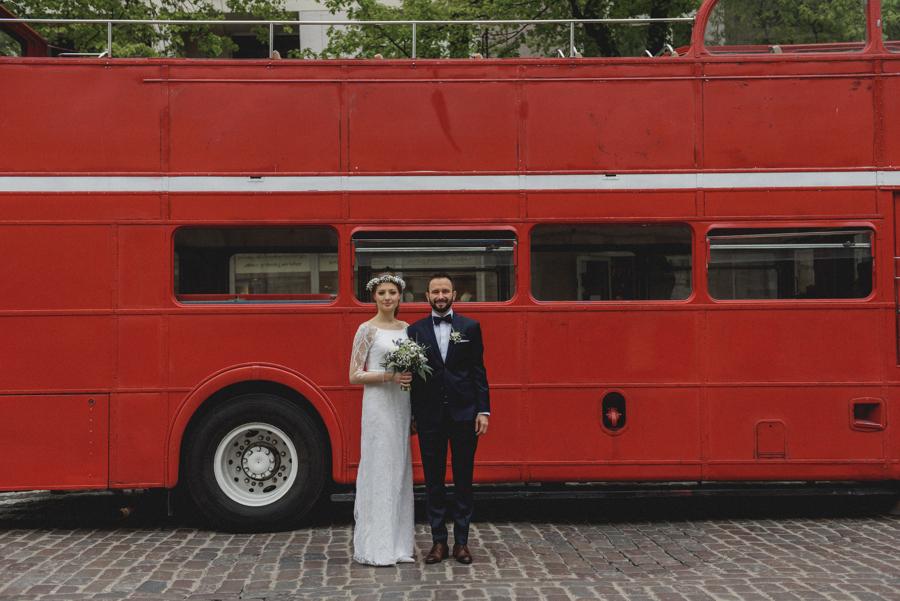 para młoda jedzie do slubu autobusem, autobus retro, angielski autobus, pietrowy