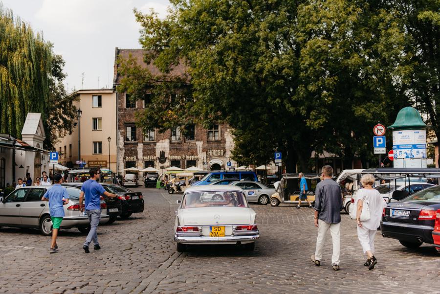 biały mercedes, do ślubu, samochód, retro, czerwona tapicerka, kraków