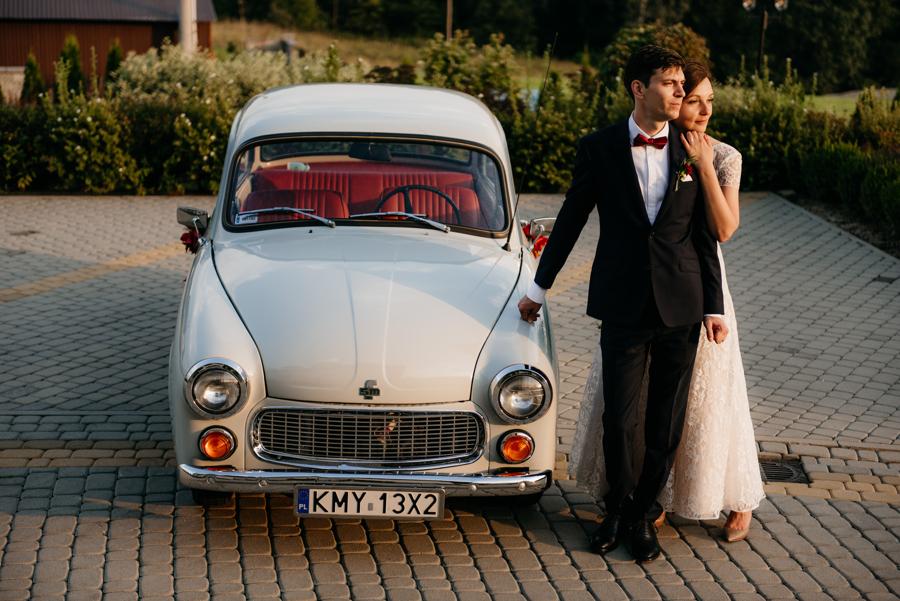 para młoda przy syrence, fotograf kraków, auto do ślubu, syrenka, polski klasyk
