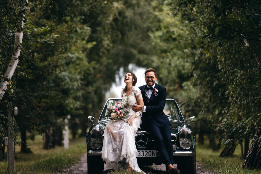 zielony mercedes, klasyk, youngtimer, stodoła wszystkich świętych, auto do ślubu, luzackie wesele, szalona para młoda
