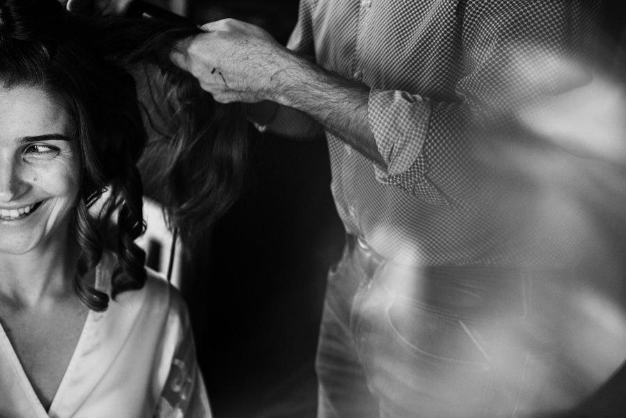 portret pani młodej na przygotowaniach, fryzura ślubna, uśmiech, ślub w toskanii