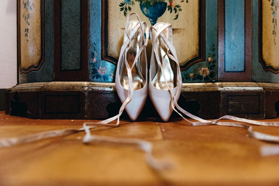 buty ślubne, wstążki przy butach, baletki, przygotowania w villi, ślub w Toskanii