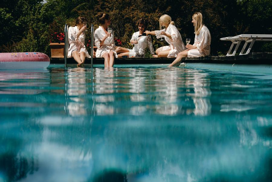 druhny, druhenki, szampan nad basenem, toast, wesele w toskanii,