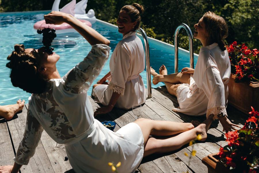 pani młoda, świętowanie z druhnami, przygotowania do ślubu, basen, toskańska villa, ślub we włoszech, ślub w toskanii