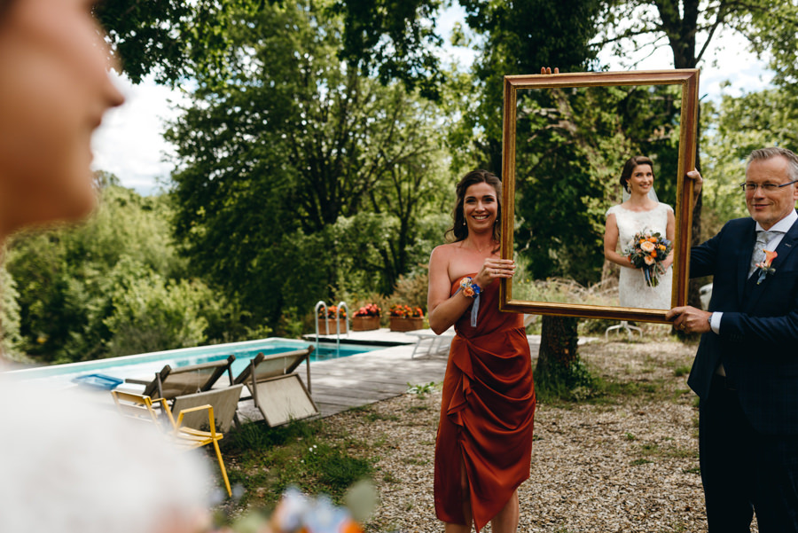 panna młoda przegląda się w lustrze, dumny tata, toskańskie wesele